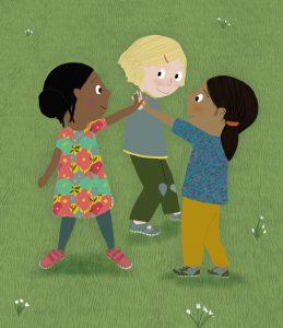Die drei Berlinchen Nelly, Hannah und Amina stehen auf einer grünen Wiese und halten ihre Hände zusammen in die Höhe.