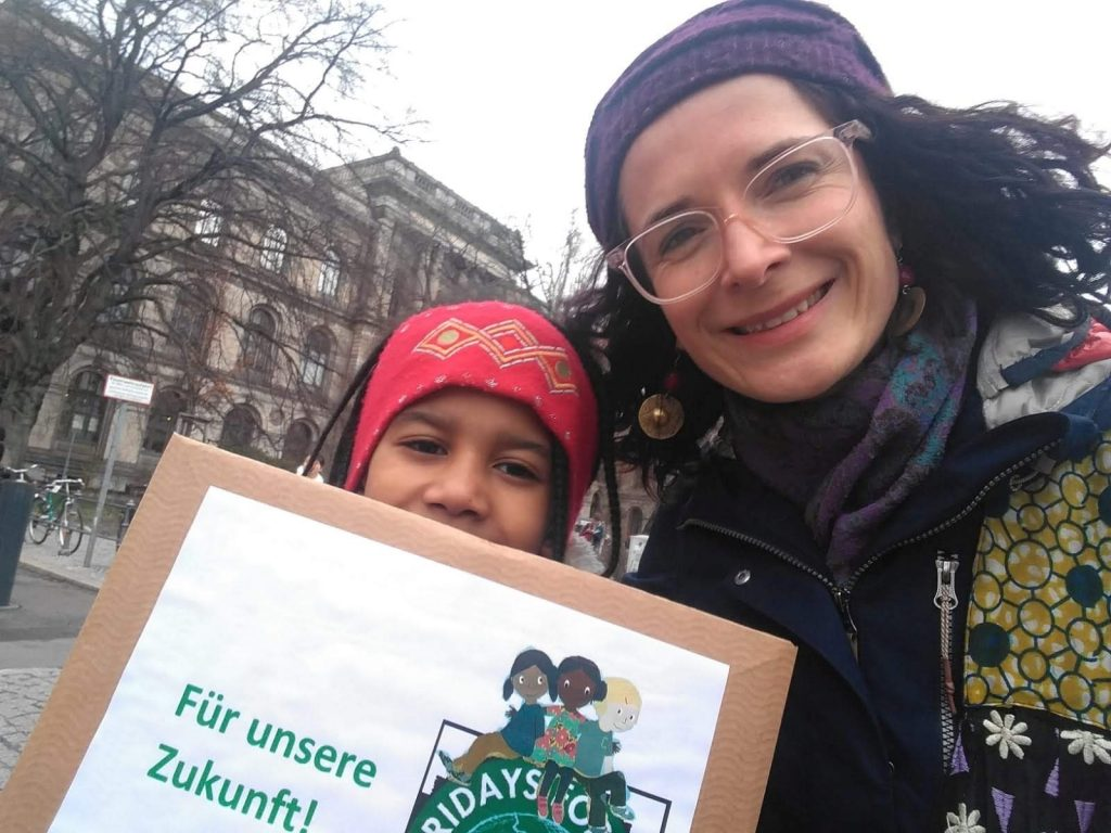 Karin Beese mit Berlinchen Poster bei Fridays for Future Demo
